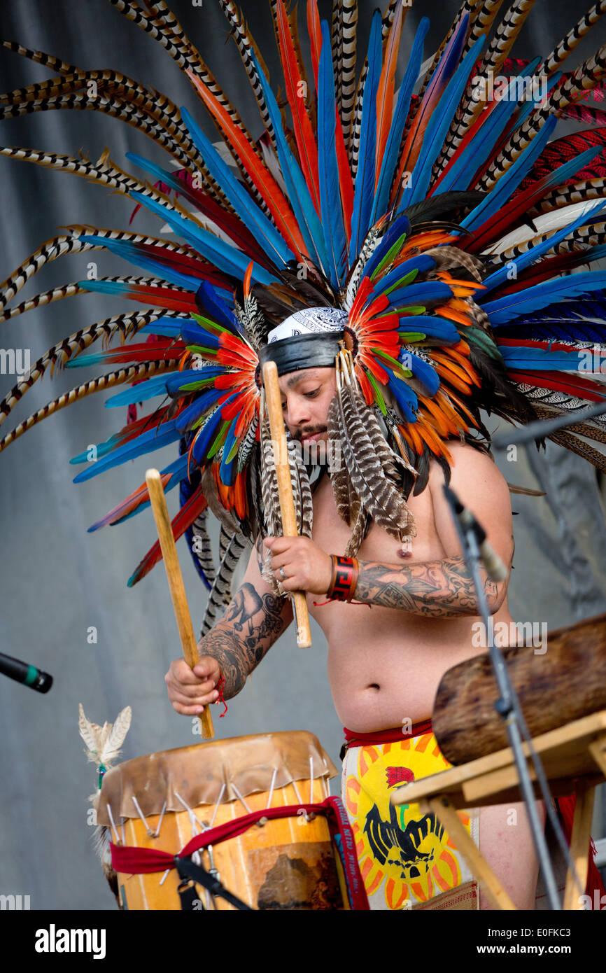 Nativi Americani di eseguire la Danza Azteca con tamburi a Sheila R. Hardin Festival multiculturale, nel gennaio 2014. San Diego - California Immagini Stock