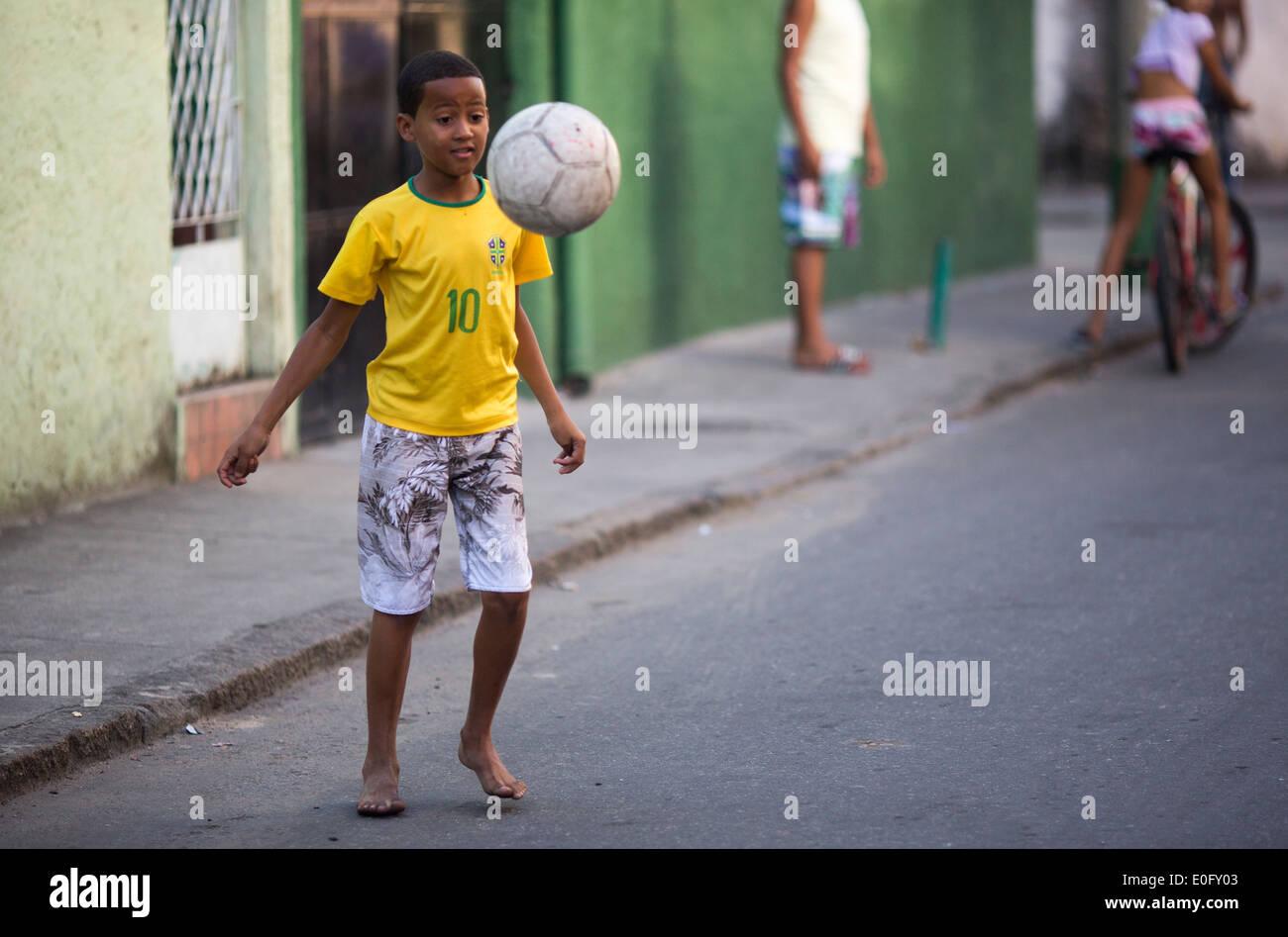 Brasiliano di ragazzi che giocano a calcio in una favela di strada di Rio de Janeiro Immagini Stock