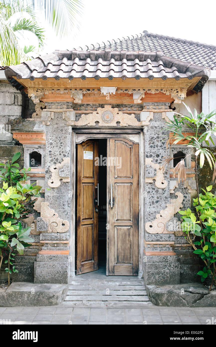 Ingresso alla villa con doppie porte di legno in Seminyak Bali Immagini Stock