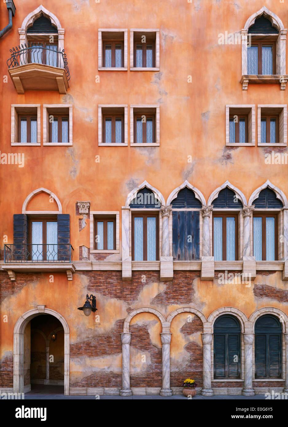 Parete con finestre di un edificio in stile gotico veneziano stile architettonico. Architettura dettaglio texture. Foto Stock
