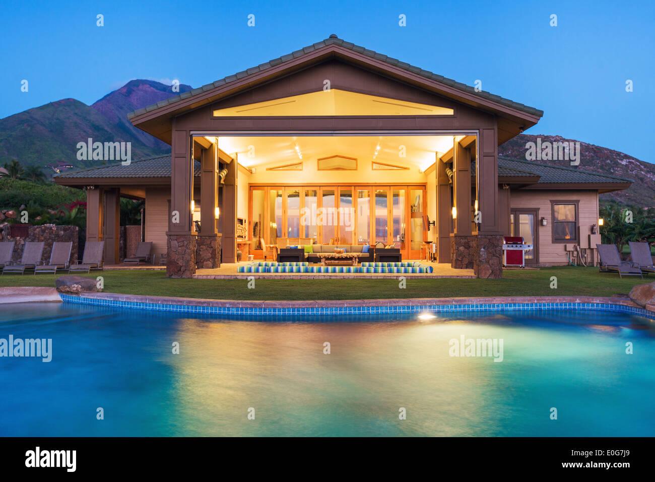 Casa di lusso con piscina al tramonto Immagini Stock