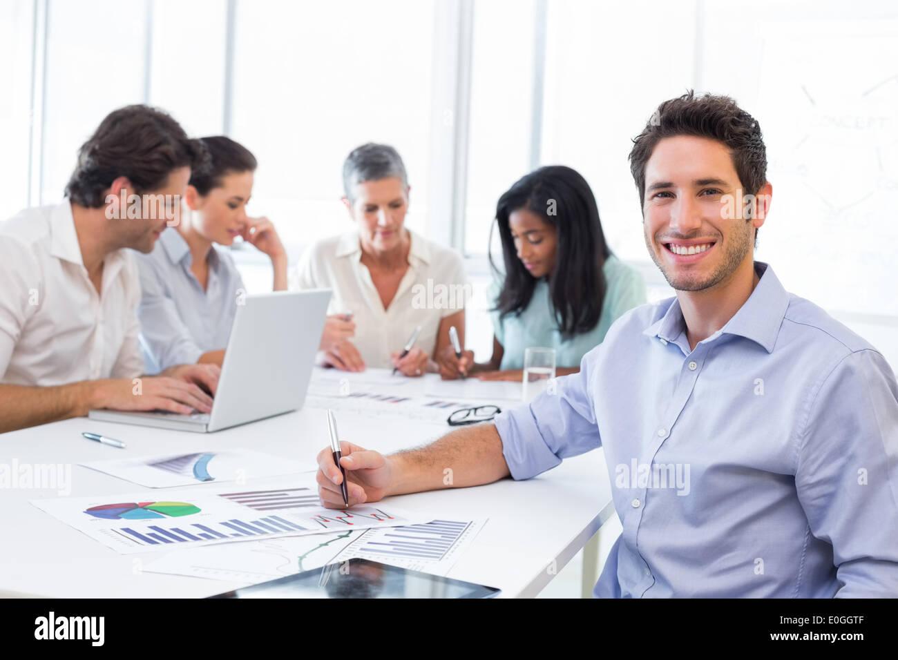Imprenditore bello sorridente sul posto di lavoro Immagini Stock