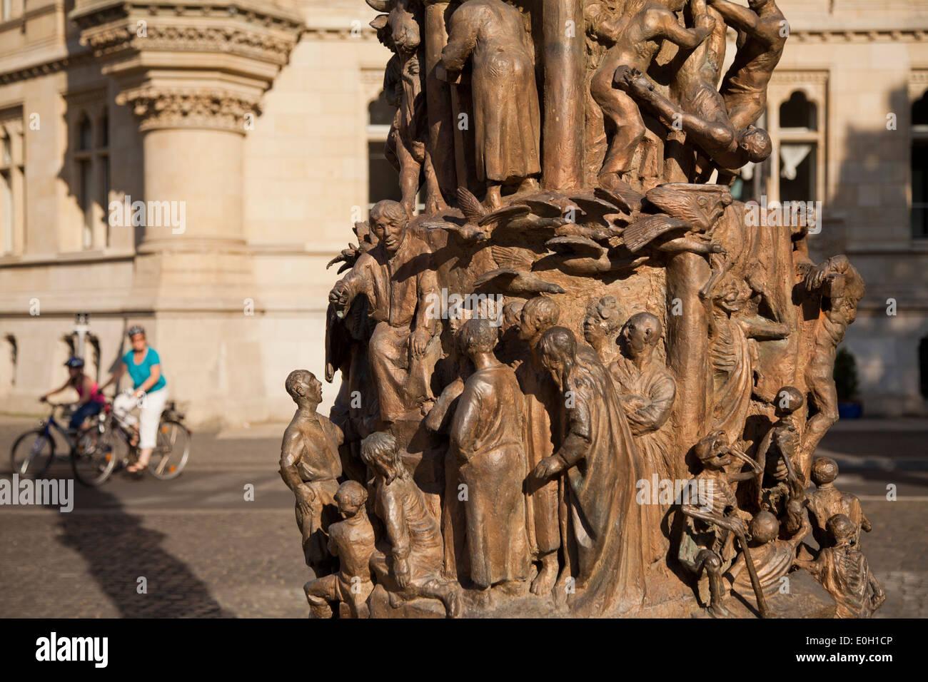 Colonna di Cristianesimo infront di Dankwarderode castle, scultura dallo scultore Juergen Weber, la storia del cristianesimo, Brunswick Immagini Stock