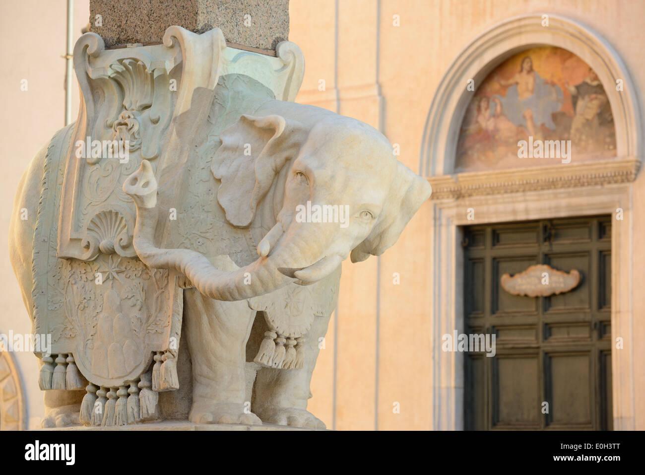 Elefante in marmo che trasportano obelisco, scultura dell'artista Bernini, Piazza della Minerva, Sito Patrimonio Mondiale dell'UNESCO Roma, Roma, Lati Immagini Stock