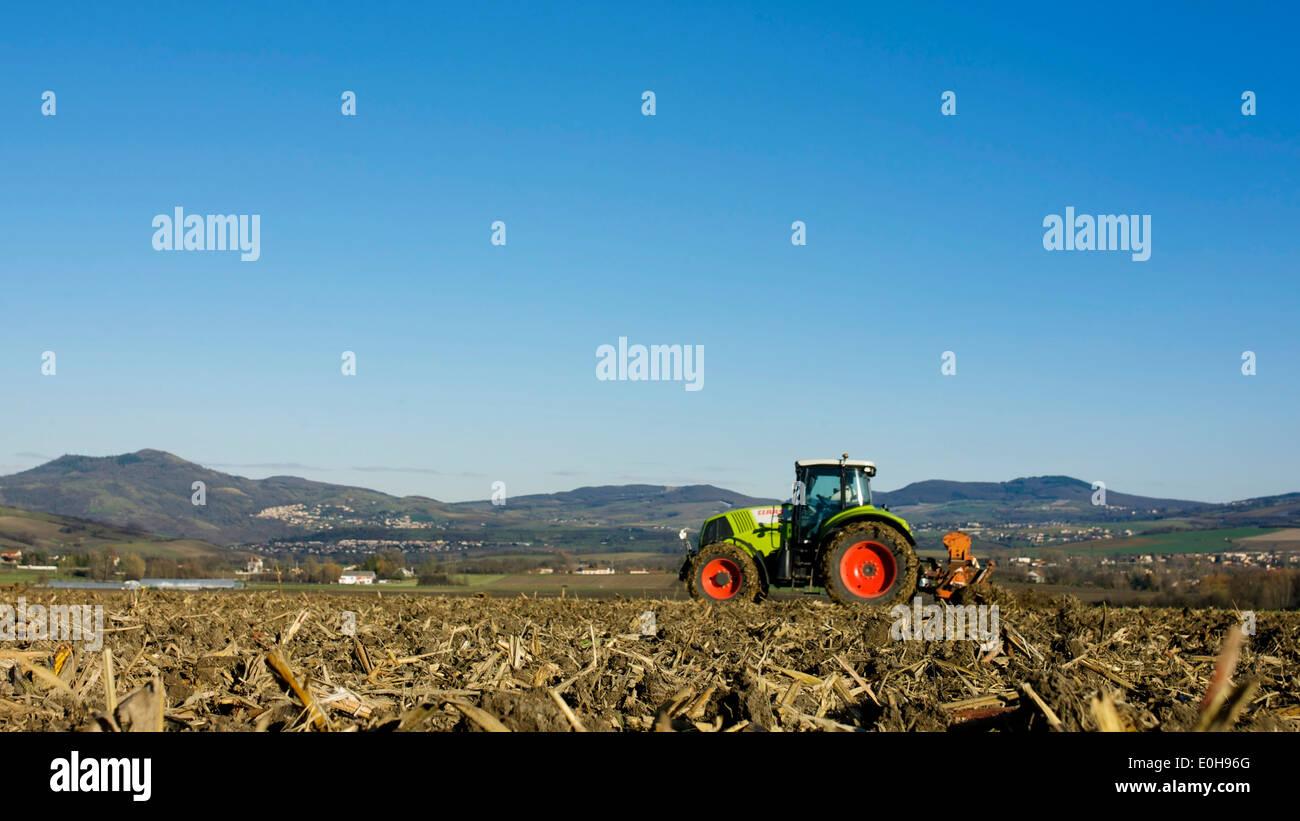 Agricoltura e allevamento, un trattore in un campo in Francia, Europa Immagini Stock