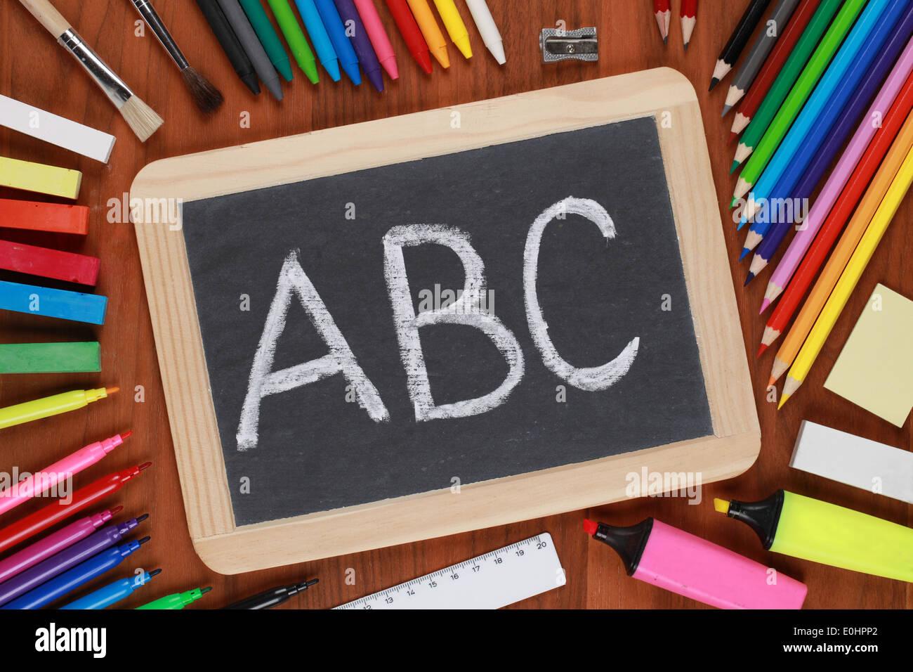 Le lettere ABC su una lavagna a scuola Immagini Stock