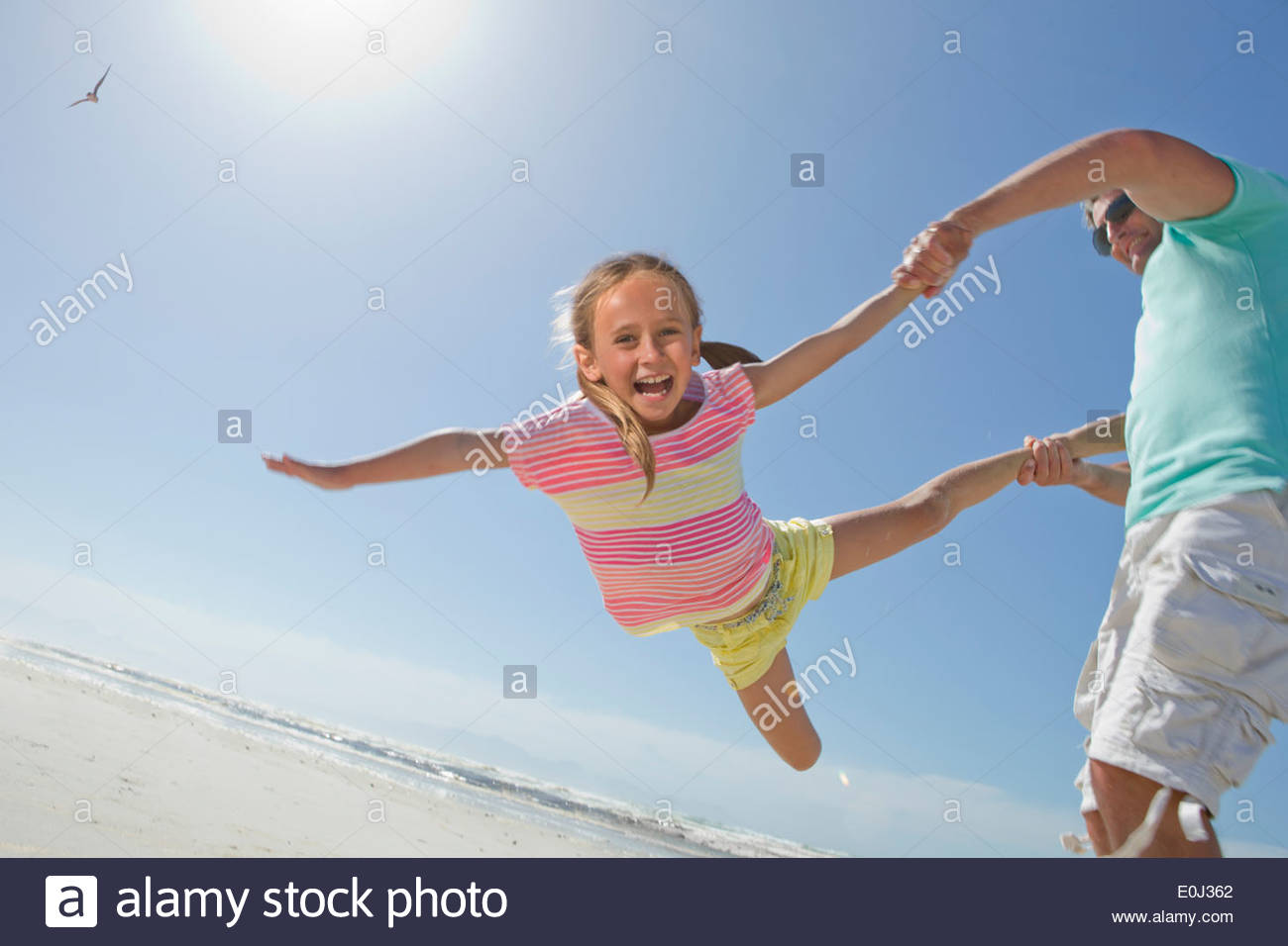 Padre figlia di filatura di sunny beach Foto Stock