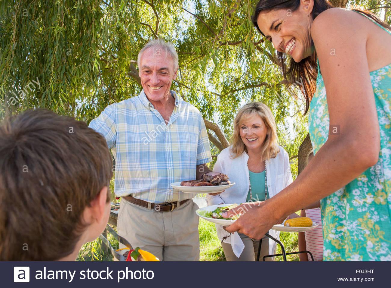 Famiglia Multi-Generation godendo di un Barbeque sul Lago di Garda Immagini Stock