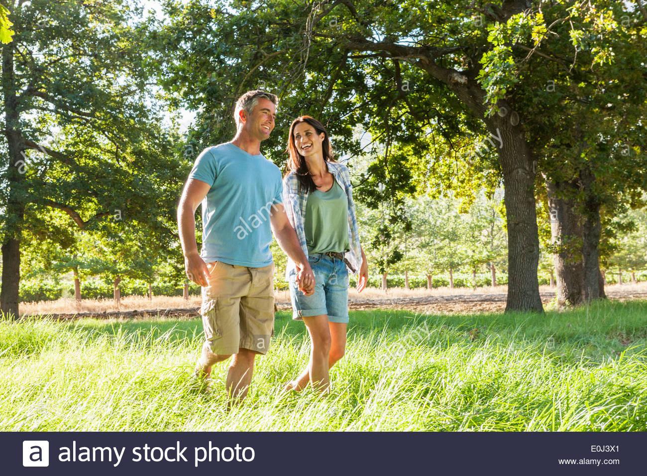 Coppia romantica godendo a piedi nella bellissima campagna Immagini Stock