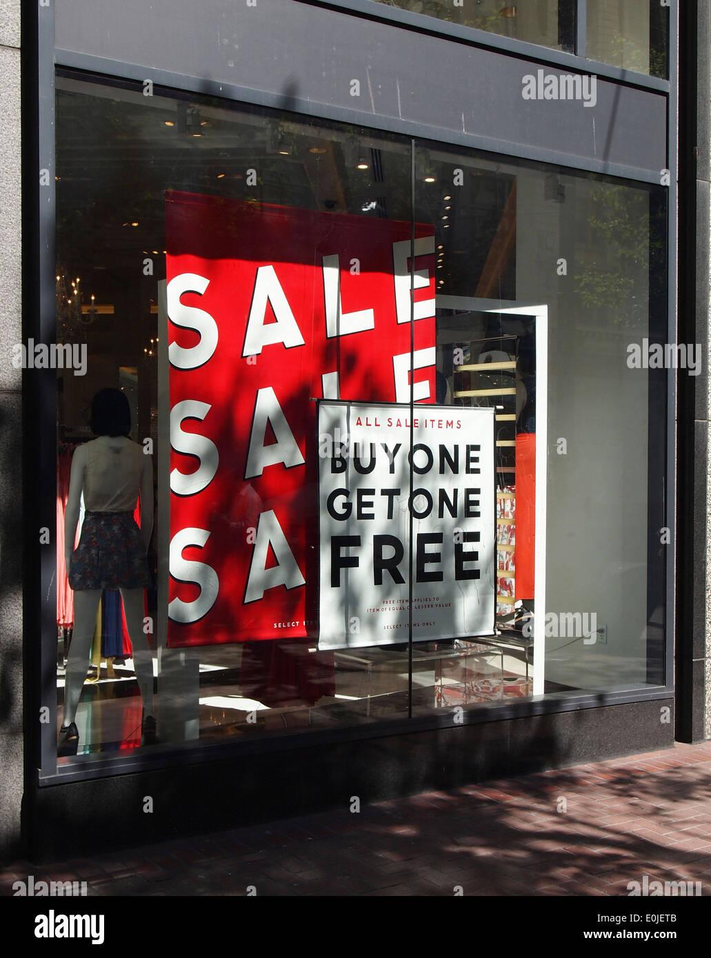 Store Window Display vendita comprare una in omaggio i segni Immagini Stock