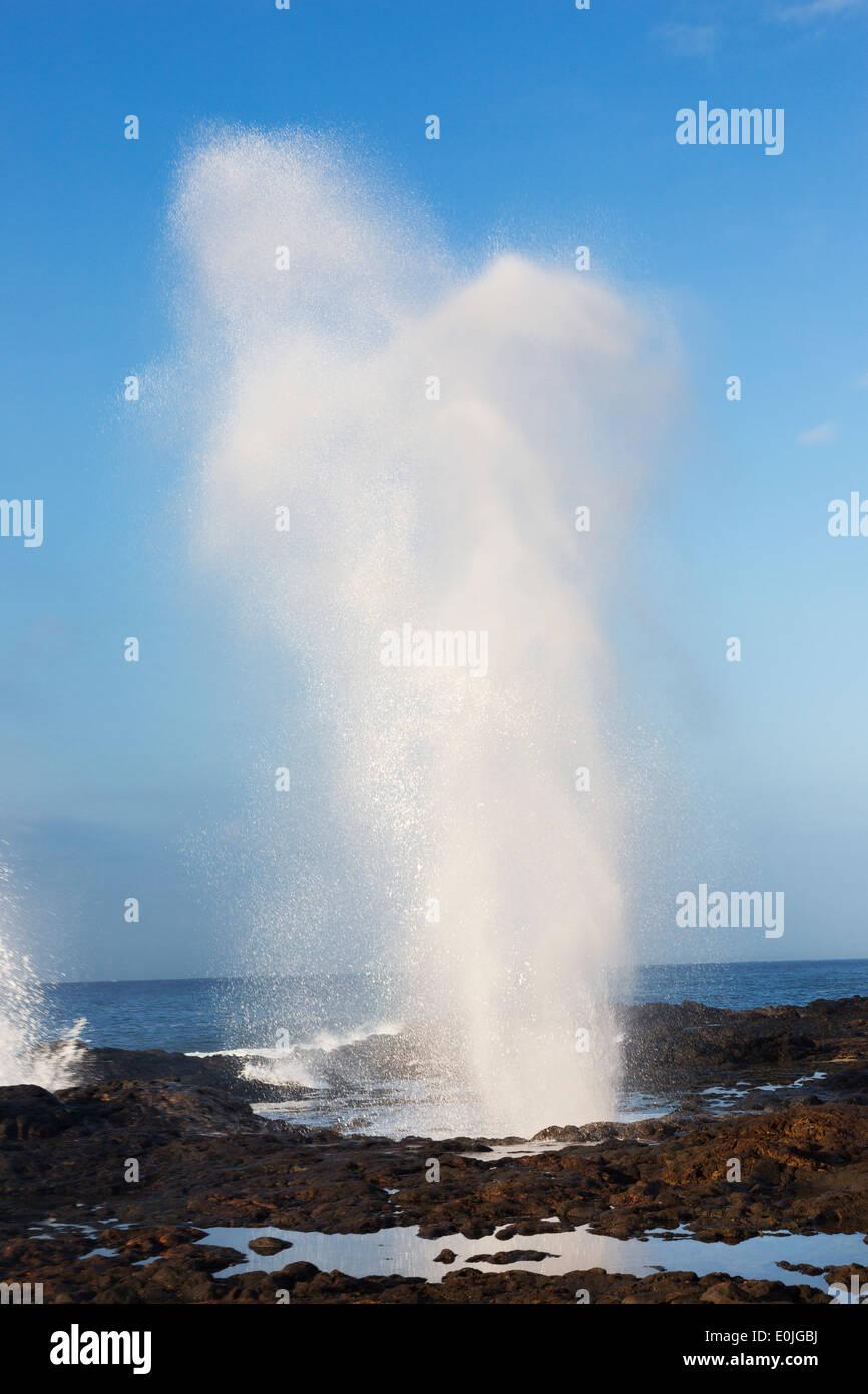Foro di sfiato in corrispondenza di Spouting Horn, South Shore, Kauai, Hawaii Foto Stock