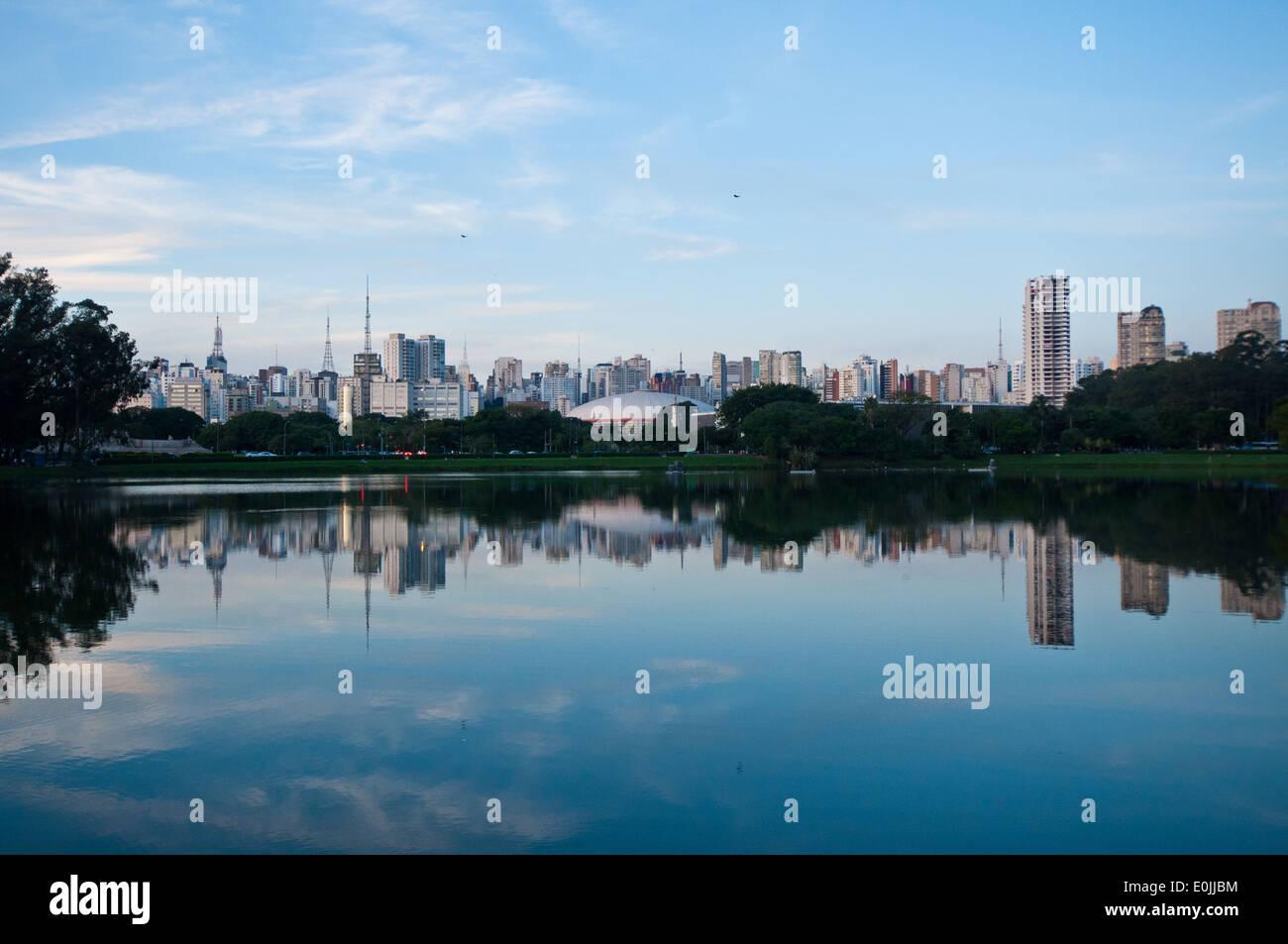 Sao Paulo visto dal parco di Ibirapuera Immagini Stock