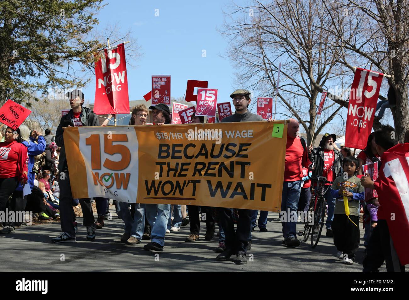 Manifestanti marzo per un aumento di salario minimo. Immagini Stock