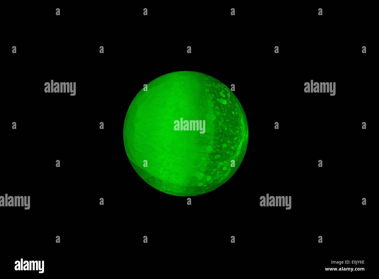 Illuminazione di una sfera di selenite con luce laser verde foto