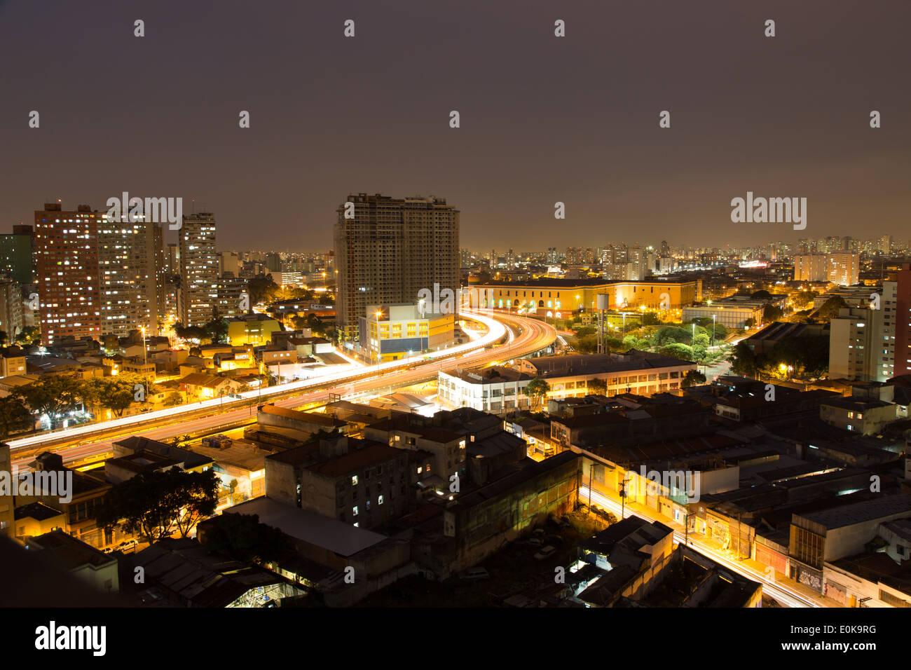 Vista aerea della città di notte, Viaduto do Glicerio (Glicerio viadotto) o Viaduto Leste-Oeste (est-ovest del viadotto), quartiere Liberdade, Sao Paulo Immagini Stock