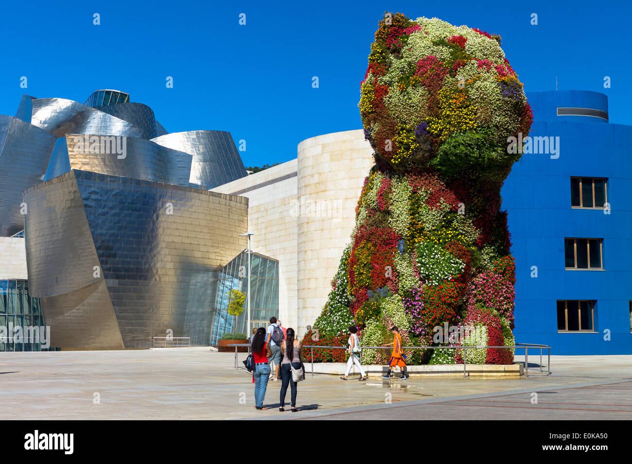 Vista turisti cucciolo flower includono arte floreale di Jeff Koons al museo Guggenheim di Bilbao, Paesi Baschi Immagini Stock
