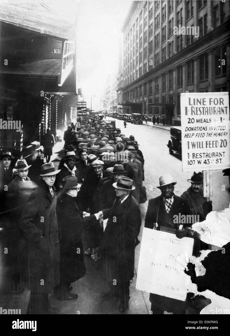I cittadini disoccupati fodera fino al di fuori di un ristorante durante la Grande Depressione Immagini Stock