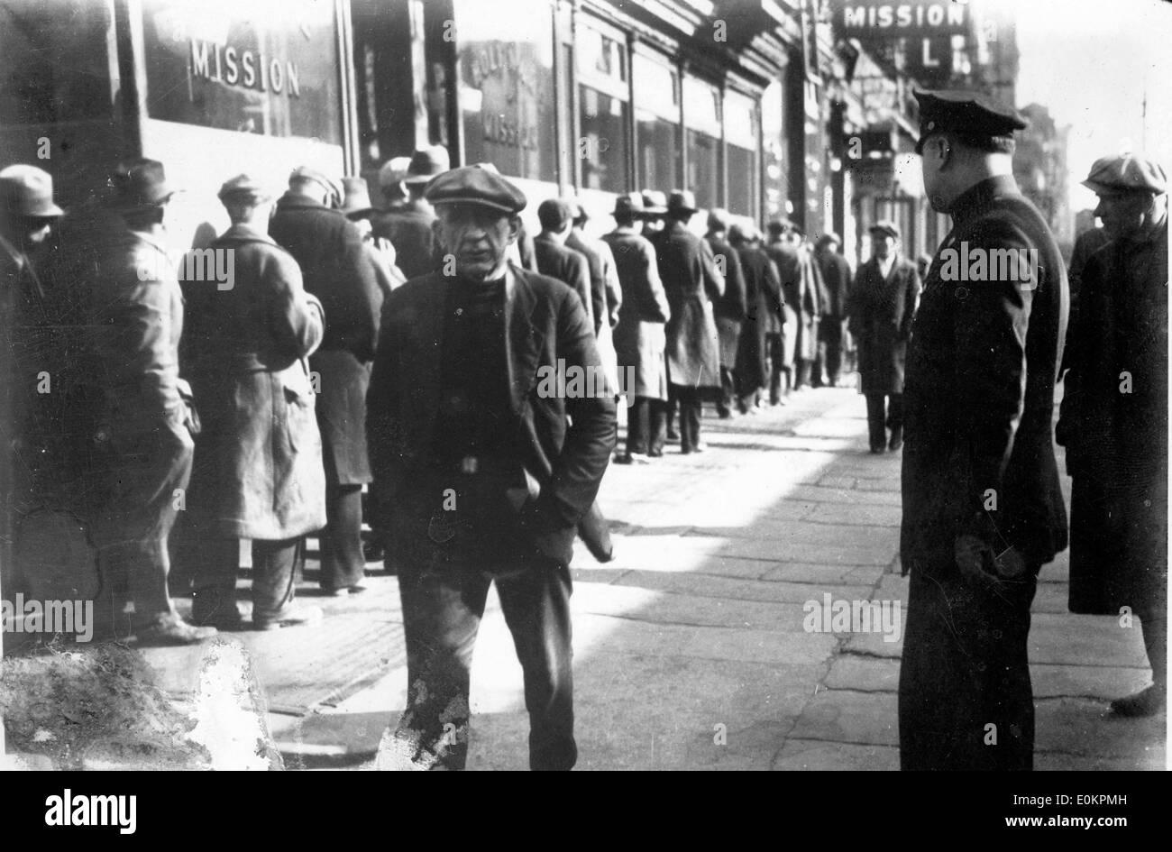 Le persone in attesa di cibo gratuito durante la Grande Depressione Immagini Stock