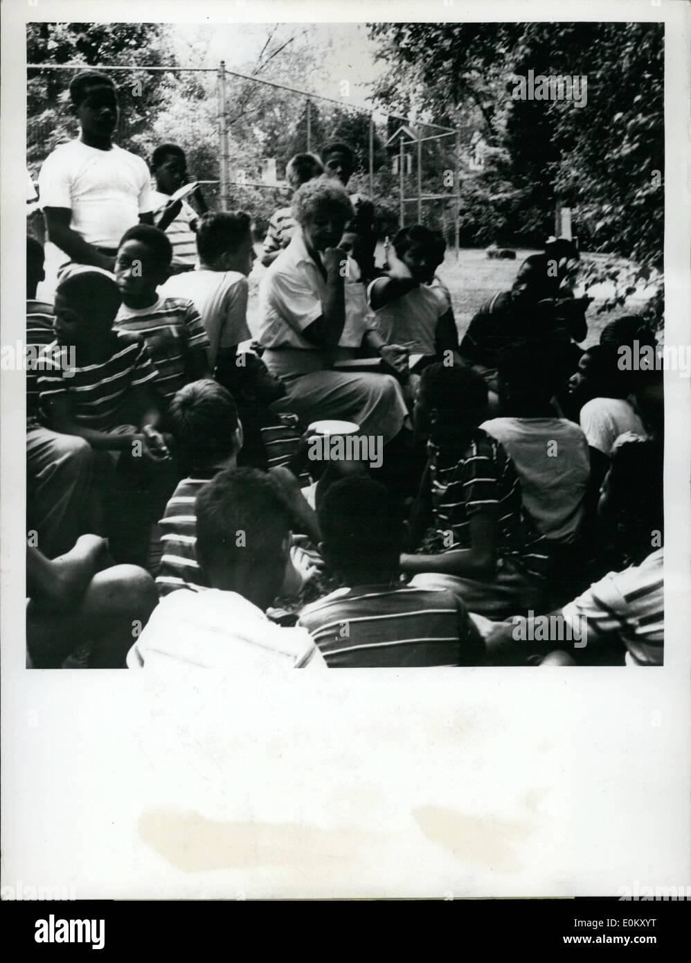 Agosto 08, 1952 - Sig.ra Idrflays rost per bambini Hyde park, n.y Sig.ra Franklin Roosevelt D.r unisce la linea al 9° Wilton scuola per ragazzi pranzo picnic che è la metà a recuperato carati. La signora Roosevelt di letture per i ragazzi le loro storie preferite. Quest anno i ragazzi leggere da Kinling's Jungle indietro. a portata di mano per assistere la Signora Roosevelt furono i suoi nipoti. Immagini Stock
