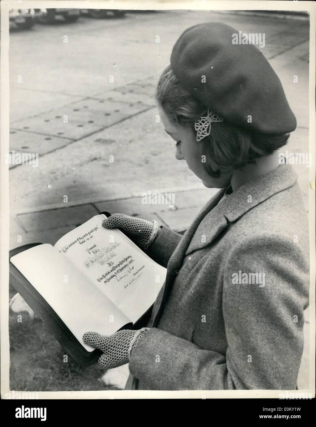 Sett. 09, 1952 - 9-9-52 la prima Bibbia stampata in ââ'¬Ëoestandard Swahili' lascia Londra per l Africa Orientale da Comet camicia. La prima Bibbia stampata in lingua Swahili standard è stata consegnata al capitano della cometa Netliner all'Aeroporto di Londra questo pomeriggio da 11 anni Harris Oliva della Buona Novella il trasporto ââ'¬ËoeSwahili' per il trasporto in Africa orientale. Questa è la prima volta che la Bibbia è stata stampata in lingua Swahili ed è il lavoro di Canon A.B. Helliet e Canon H.J. Butcher. La prima edizione di totali 50.000 copie Immagini Stock