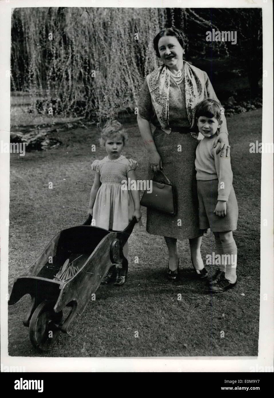 Apr. 25, 1954 - Nuovo studio della regina madre e nipoti nei giardini del Royal Lodge - Windsor. La foto mostra il nuovo appositamente poste studio di H.M. La regina Elisabetta Regina Madre - con i suoi due nipoti il principe Carlo e la principessa Anne nei giardini del Royal Lodge di Windsor. Immagini Stock