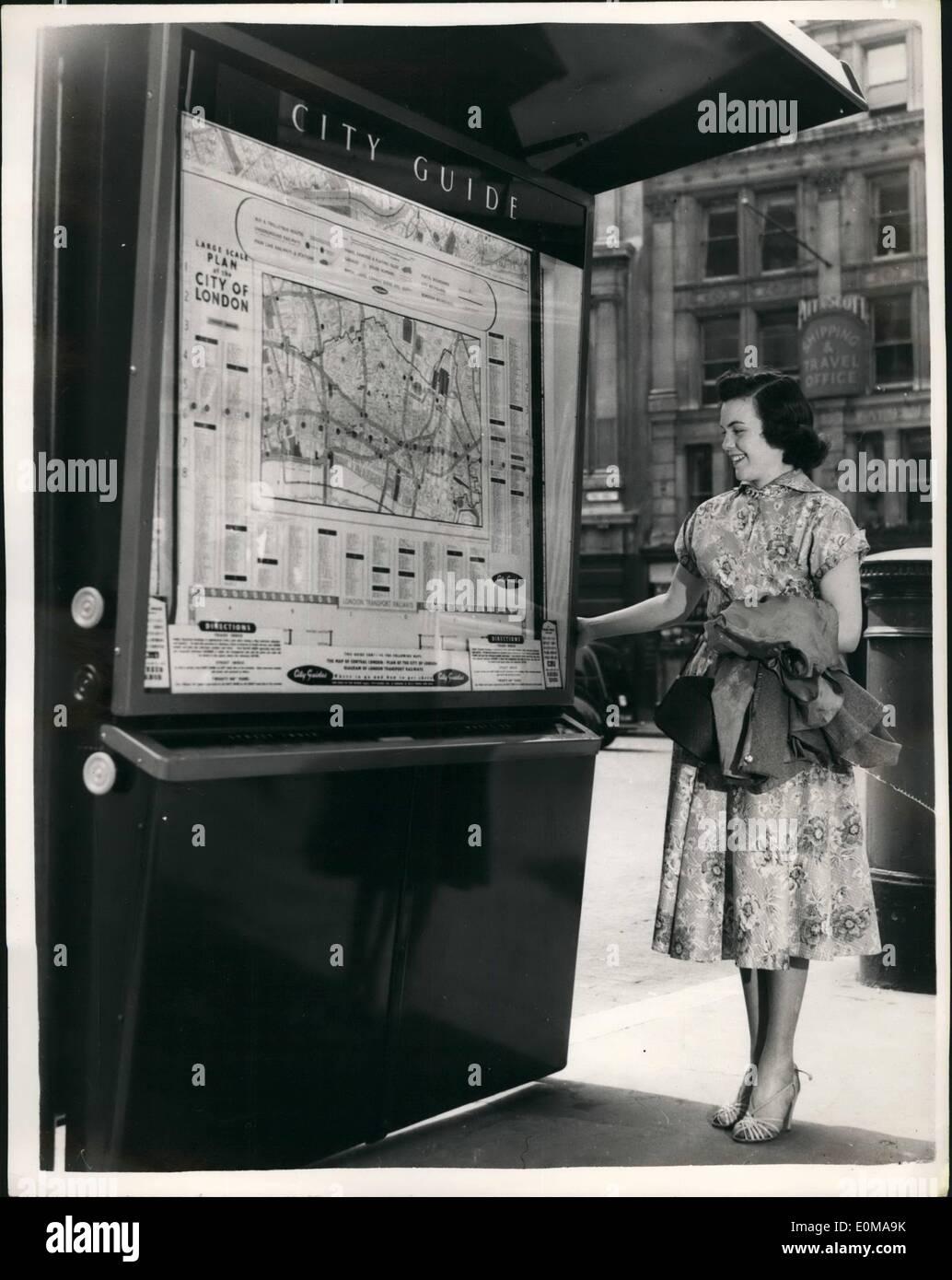 Maggio 05, 1954 - Nuovo Seven-Foot High Street Guida di Londra ha svelato: Assessore G.E. Earlebach, Presidente delle strade della città Comitato - questa mattina eseguito la cerimonia di inaugurazione della prima di cinquanta - sette piedi alto ''Le guide di Londra'' - sul marciapiede di fronte Cattedrale di San Paolo. Tavole di guida sono posizionati in corrispondenza di punti di tutta Londra - e alla svolta di un manico cross mappe di riferimento srotolare dietro vetro infrangibile. A lato delle mappe sono elenchi di 3.000 negozi, business case ecc e un elenco di 4.500 strade. La guida è il lavoro del norvegese Lars Ringdal di Oslo Immagini Stock