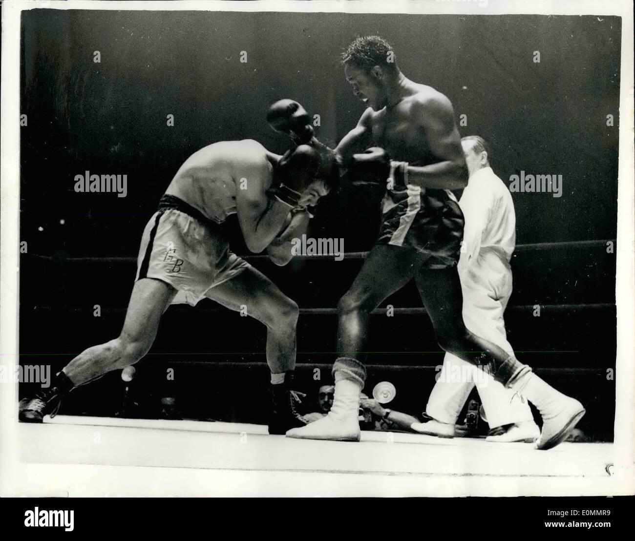 Mar 03, 1956 - Kid Gavilan in un'altra lotta fila a Parigi: capretto Gavilan, di Cuba, è stato coinvolto in un'altra decisione contestata a Parigi il giovedì notte. Il riferimento ha dato una decisione punti contro di lui nella sua lotta con Germimal Balarin, il francese middleweight, presso il Palais des Sports. Guardando il concorso era Peter Waterman chi outpointed Gavilan nell'ora controversa lotta, egli è in grado di soddisfare Gavilan in un concorso di ritorno a Londra il 24 aprile Immagini Stock