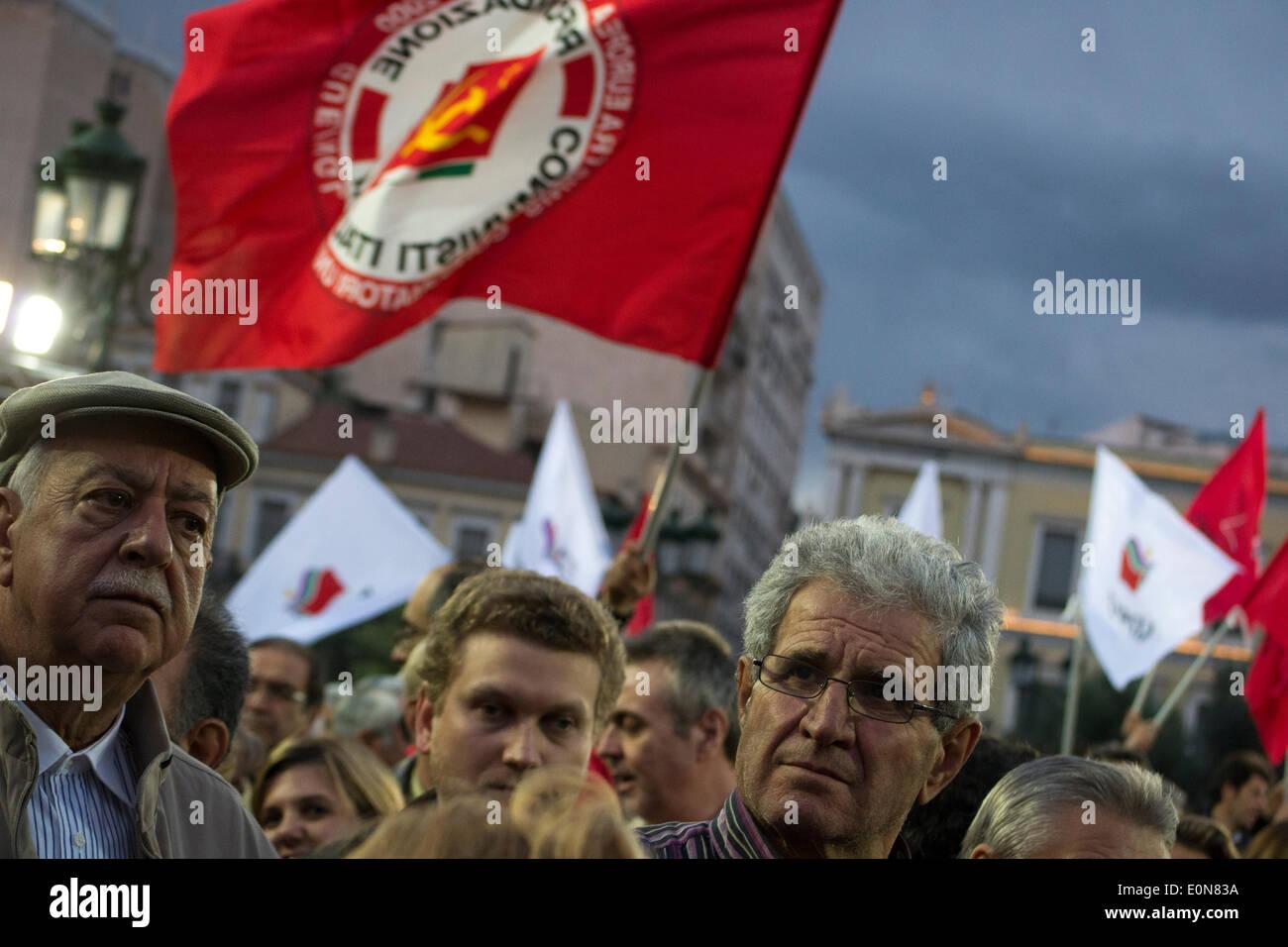 Atene, 16 maggio 2014. Atene, Grecia, Maggio 16th, 2014. Sostenitori bandiere d'onda mentre frequentano i discorsi Foto Stock