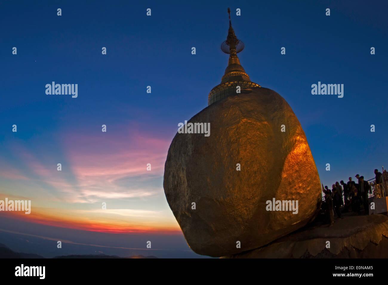 1993cff59a69 Golden Rock Pagoda Kyaiktiyo al tramonto MYANMAR Birmania Immagini Stock