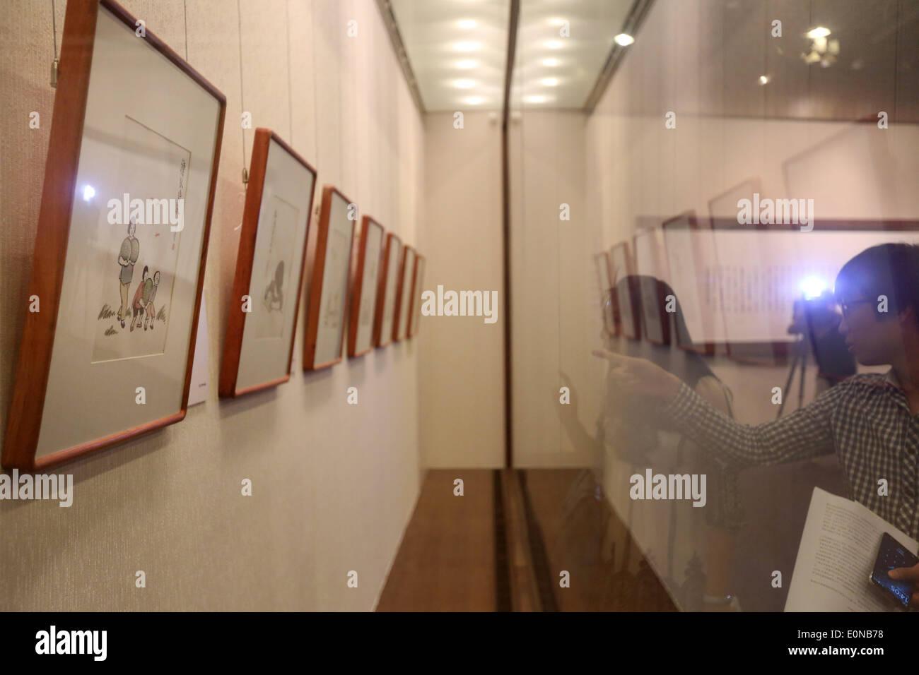 Shenyang, cinese della provincia di Liaoning. 16 Maggio, 2014. I giornalisti guarda le opere di Feng Zikai, un famoso fumettista cinese, durante l'anteprima di una mostra di Feng di opere d'arte di Shenyang, capitale del nord-est della Cina di provincia di Liaoning, 16 maggio 2014. La art show sarà aperto al pubblico il 18 maggio. © Yao Jianfeng/Xinhua/Alamy Live News Immagini Stock