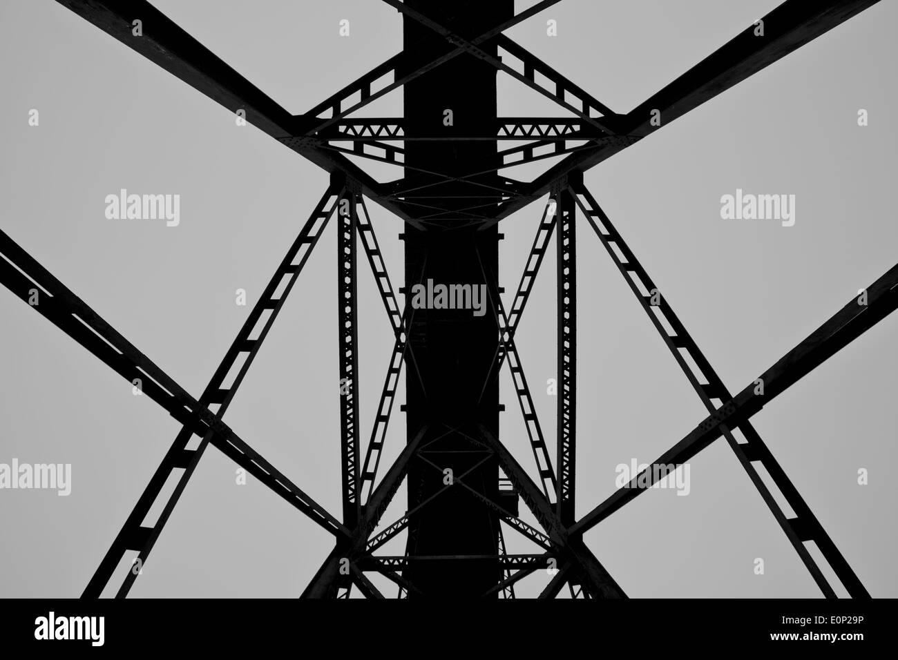 Traliccio in treno visto da sotto in bianco e nero Immagini Stock