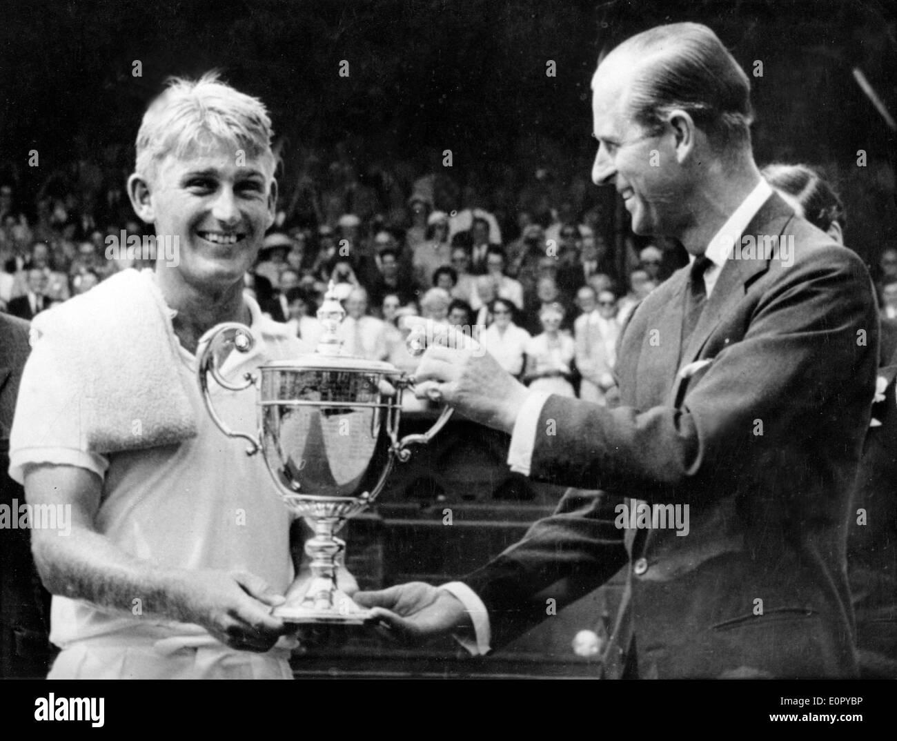 Il principe Filippo awards giocatore di tennis Lewis Hoad con trophy Foto Stock