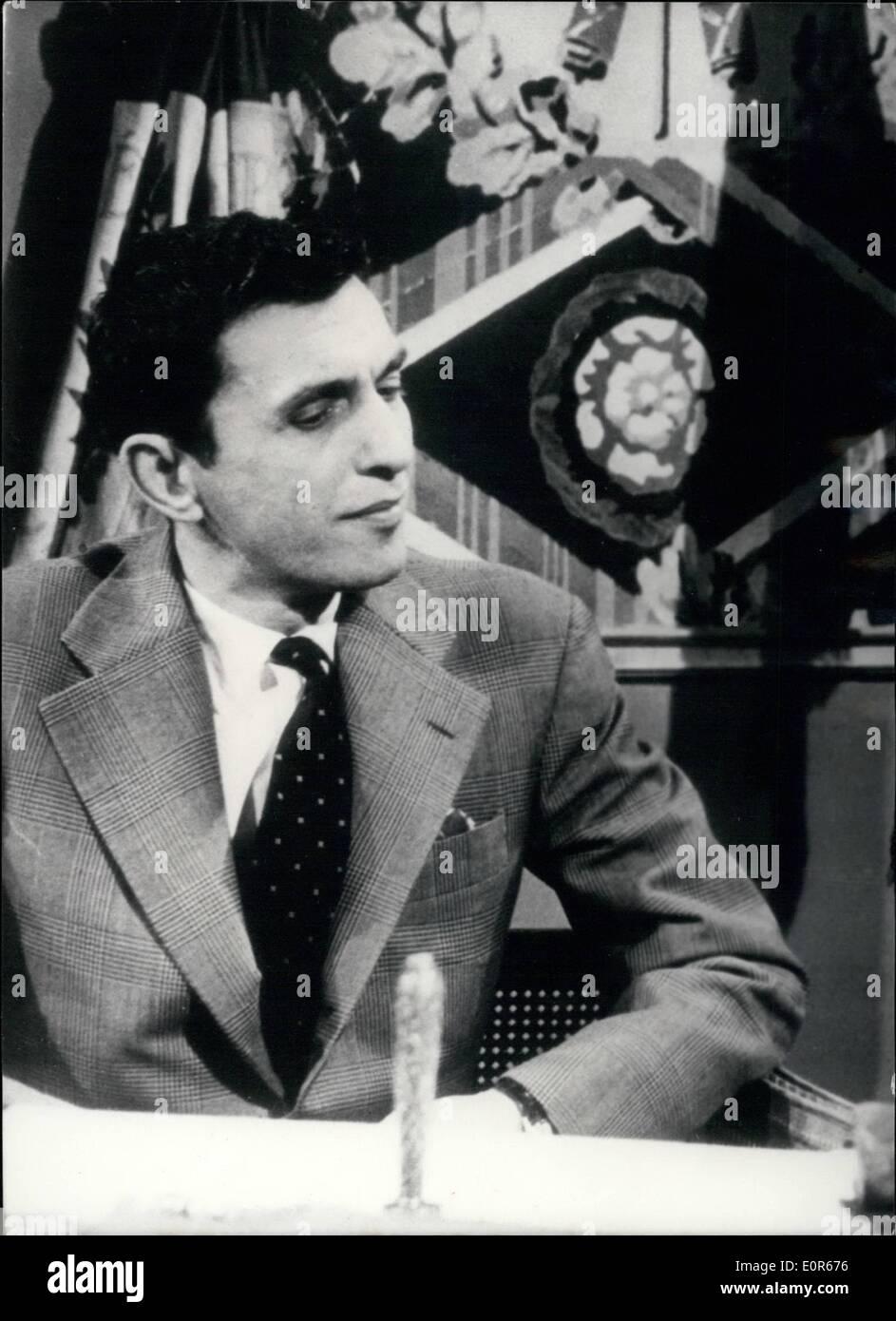 Apr. 04, 1958 - ~5.000 per la storia della Rivoluzione francese: 30-Year-Old Louis-Napoleon Matteil, impiegato in una Parigi Ufficio Engineering, ha vinto ~5.000 A UNA RADIO ''Domanda Contest''. Il soggetto scelto fu la Rivoluzione Francese. La vincita più alta finora raggiunti. Mostra fotografica di Louis Napoleon Mattei, grande esperto di la Rivoluzione Francese. Immagini Stock