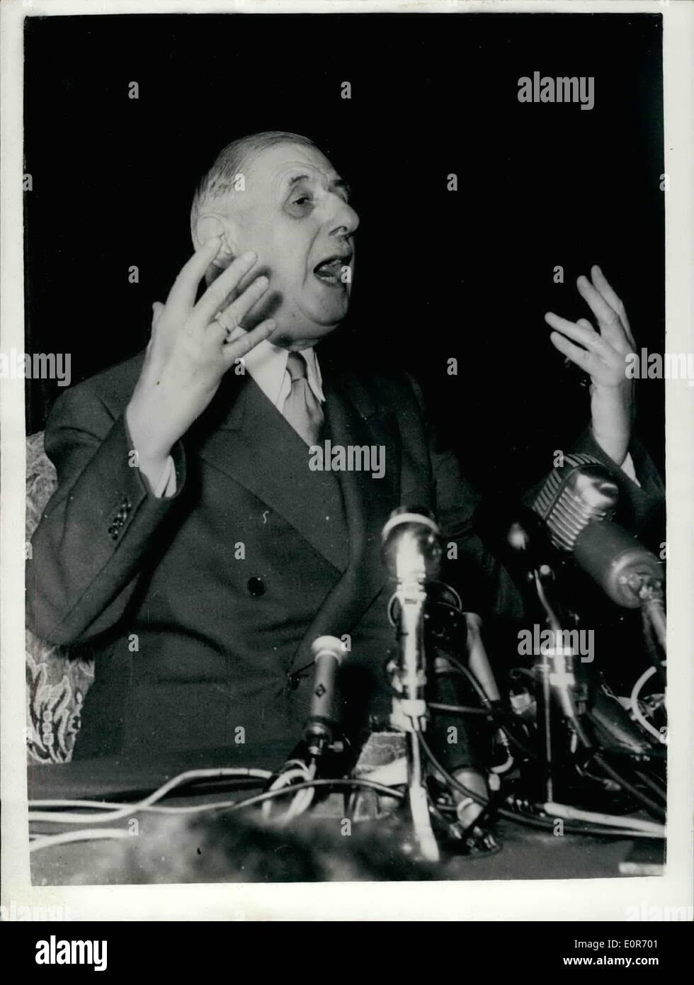 05 maggio 1958 - il generale de Gaulle fa il suo discorso il generale De Gaulle ha fatto il suo discorso presso l'Hotel Palais d'Orasy - Paris - questo pomeriggio..It wask che egli è stato ''pronto'' a seguito della crisi algerina. Keystone Mostra fotografica di:- con la bocca Aperta - il generale De Gaulle sottolinea un punto - durante il suo intervento di questo pomeriggio. Immagini Stock