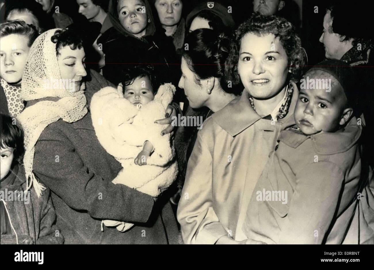 25 dicembre 1958 - NATALE IN FRANCIA PER venti cinque orfani algerino: un groupe di 22 MUSSULMAN E 3 EUROPEEN ORFANI DA ORANO Immagini Stock