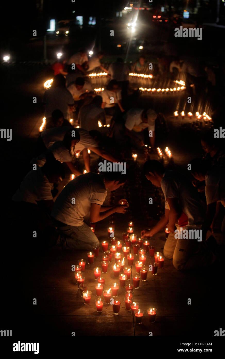San Salvador El Salvador. 18 Maggio, 2014. Persone accendono le candele durante una commemorazione di persone morte di HIV/AIDS, in San Salvador, capitale di El Salvador, il 18 maggio 2014. Durante la commemorazione detenute da Atlacatl Vivo Asociation Positivo, 3.500 candele sono state accese al Divino Salvador del Mundo Square. © Oscar Rivera/Xinhua/Alamy Live News Immagini Stock