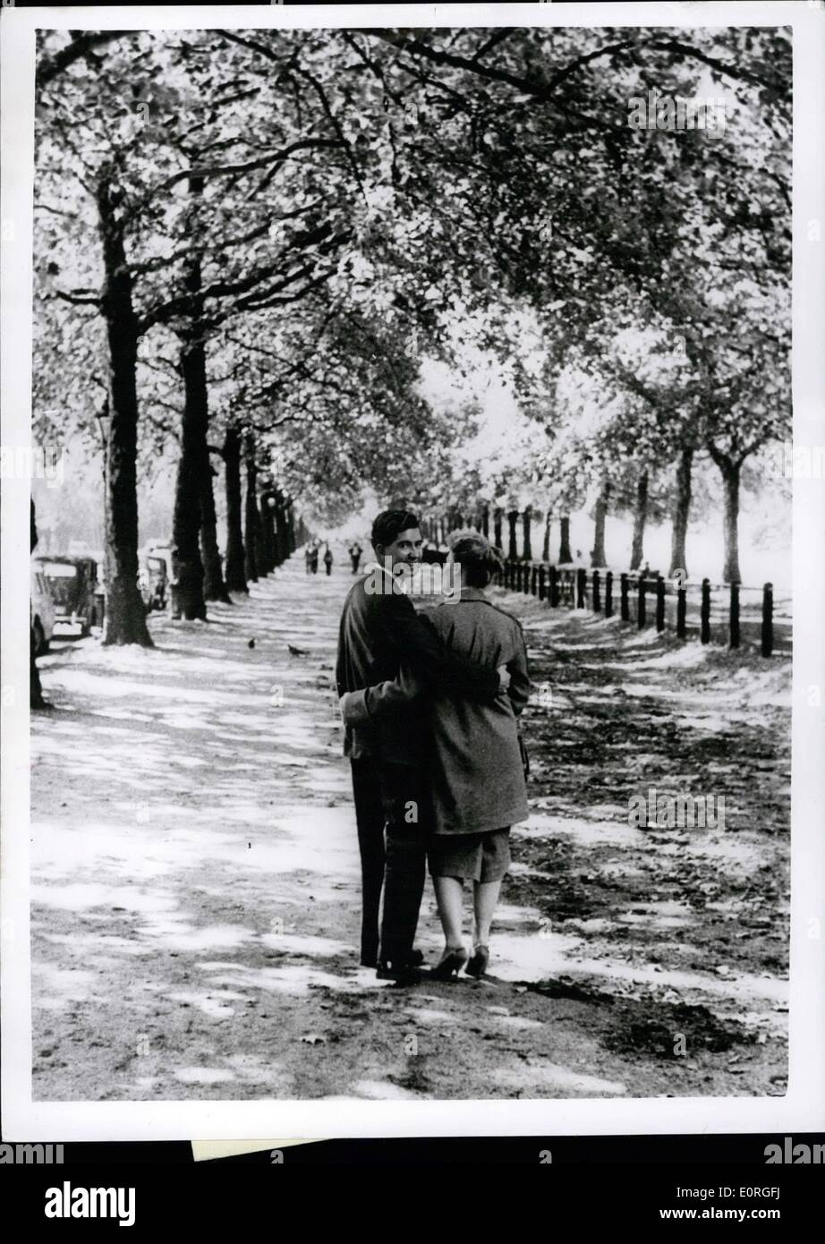 Agosto 08, 1959 - Runaway ereditiera dal Sud Africa arriva a Londra con la sua amata: Bella Vera Middleton, il 20-anno-vecchio runaway ereditiera da Cape Town, Sud Africa, e la sua fidanzata, 26-anno-vecchio Bill Scott, arrivato a Londra ieri. Essi erano arrivati in precedenza nel liner Carnarvon Castle a Southampton con solo £2 tra di essi Immagini Stock