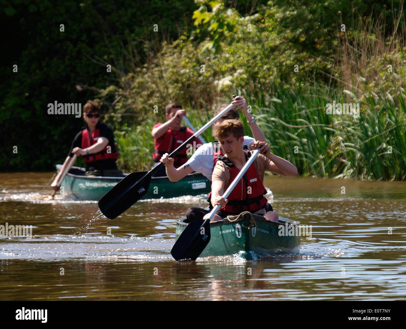 Ragazzi adolescenti in canoa lungo il Bude canal, Cornwall, Regno Unito Immagini Stock