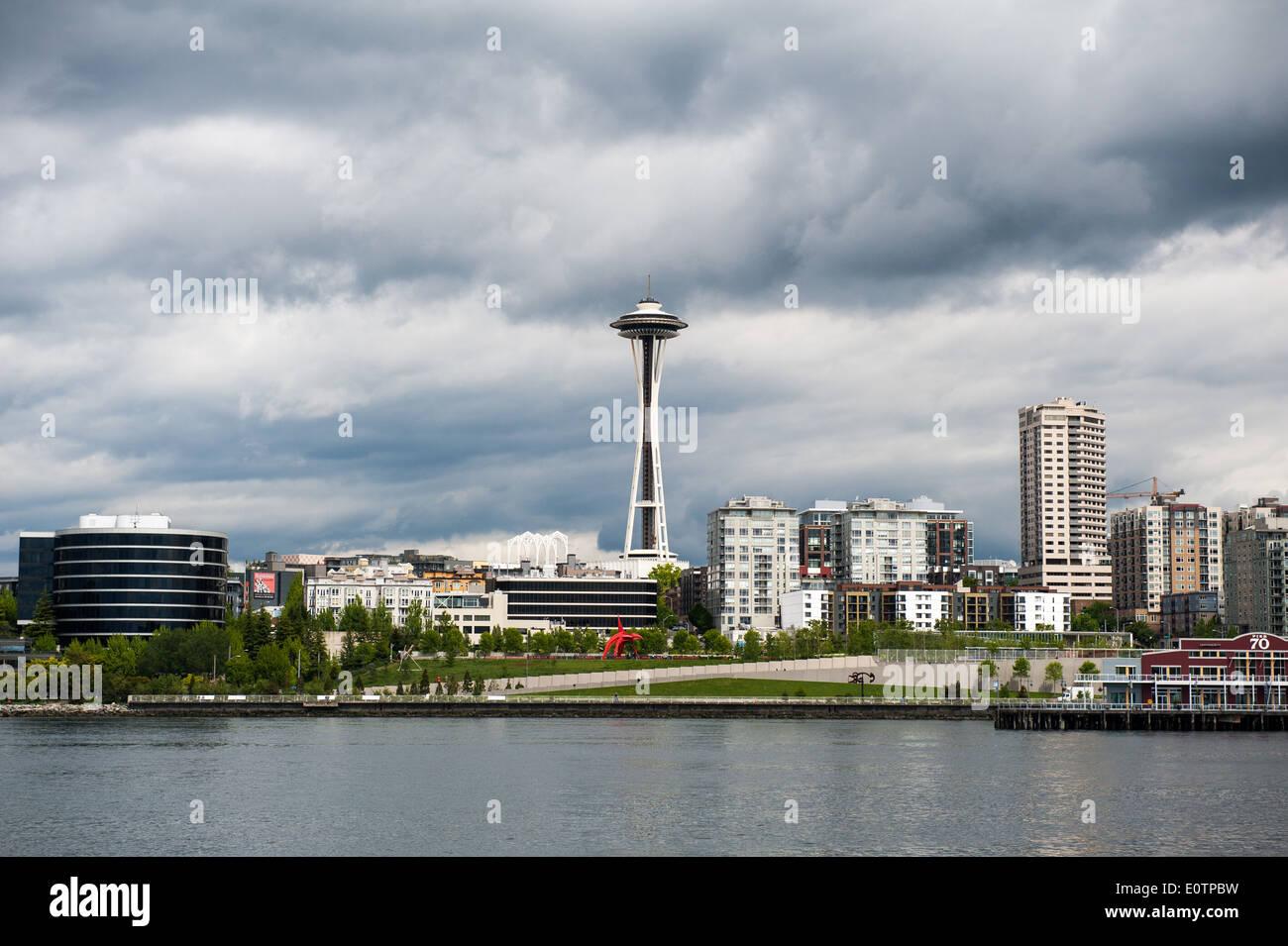 Lo Space Needle torreggia su strutture vicine a Seattle il Queen Anne quartiere. Immagini Stock