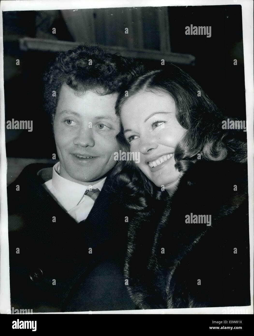 Nov. 11, 1961 - Donne dà fino a £21.000 un anno di sposare attore a Londra oggi: Marjorie steele, 31, divorziato miliardario americano Huntington Hartford in febbraio, questa mattina ha sposato l'attore britannico Dudley Sutton (il suo nuovo gioco ''un fischio al buio'' si apre stasera) a Kennington register office di Londra. Miss Steele ha dato £21.000 un anno alimony dal suo matrimonio con il 29-anno-vecchio attore. La foto mostra il close up la sposa e lo sposo dopo il matrimonio di oggi. Immagini Stock