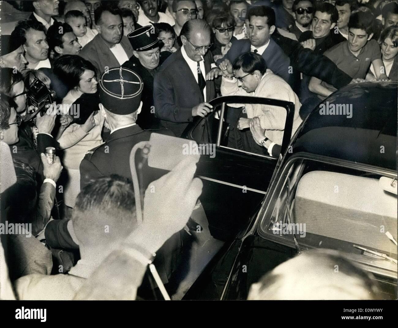 Lug. 07, 1964 - ''l'strangler'' è quasi linciato: una folla selvaggia quasi linciato Lucien Leger ha confessato ieri di aver strozzato Luc Taron, un 10-anno vecchio ragazzo e di aver scritto numerose lettere per la polizia e la pressa con la firma di ''l'Strangler''. Ieri sera, Lucien Leger è stata trasferita a Versailles dove ha avuto un colloquio con il giudice Immagini Stock