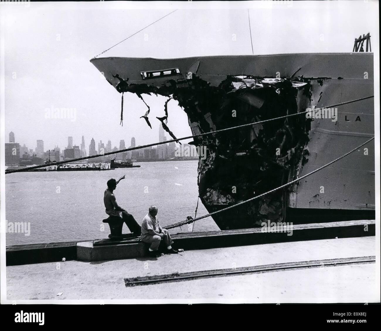 Agosto 08, 1965 - : Perry H. Kretz British corpo nave Etela fu danneggiato da American freighter Isola Verde 35 miglia outsider Immagini Stock