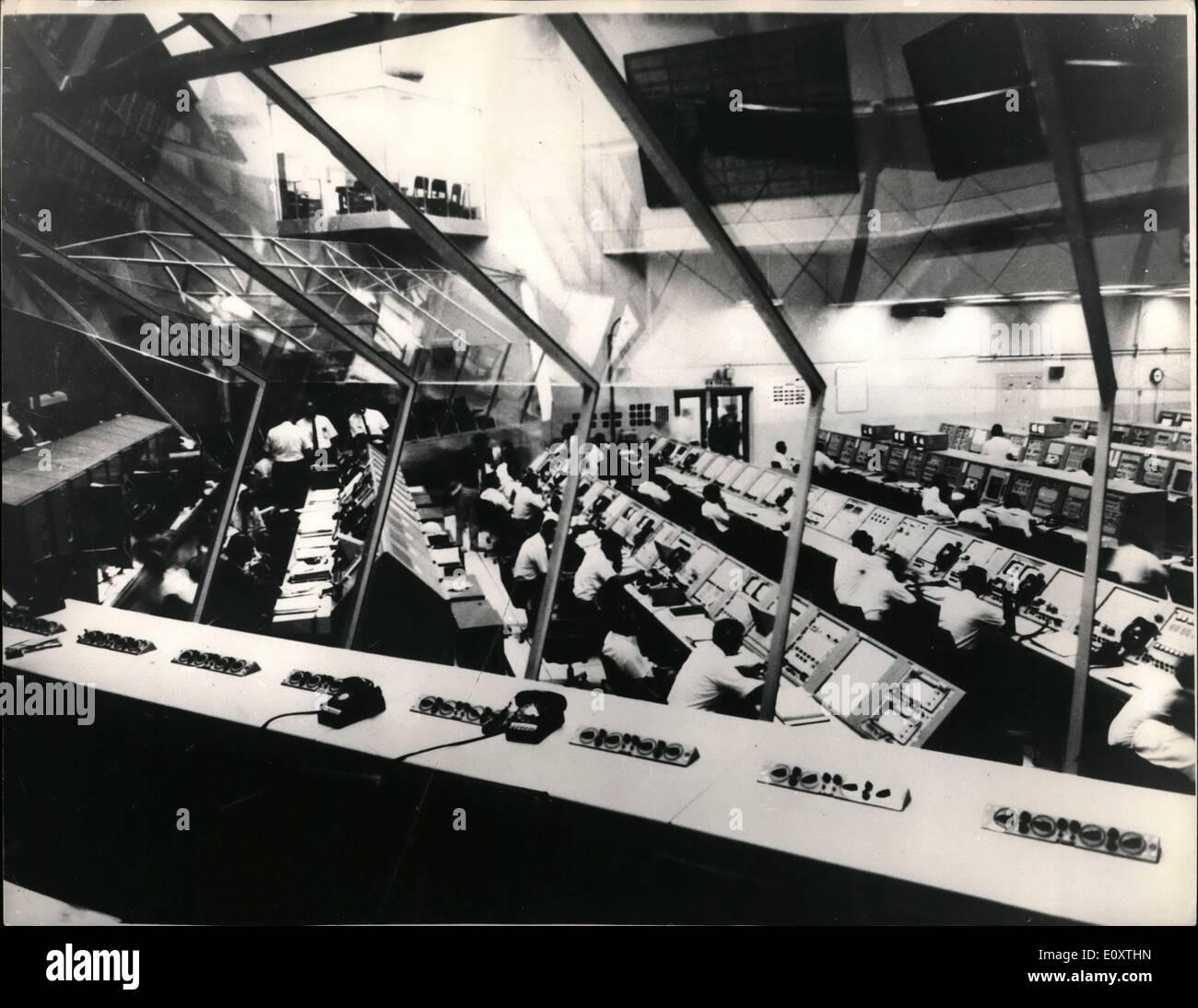 Nov. 11, 1967 - Apollo 4 per il volo spaziale: il culmine di una settimana di azione dello spazio da America è dovuto domani (Nov 9) quando un 363ft. Saturn V moon rocket lancerà un unmanned Apollo 4 imbarcazioni su una durata di otto ore del motore di test di volo nello spazio. La prova di Saturno è cruciale se l'America è a terra due uomini sulla luna come previsto nel 1969. La foto mostra la cottura camera al terzo piano del lancio Centrol Centre al complesso 39 durante l'Apollo 4f conto alla rovescia simulato Foto Stock