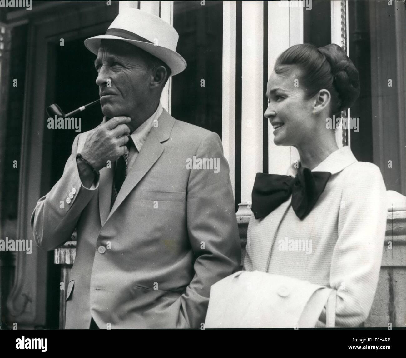 Agosto 08, 1968 - Bing Crosby e sua moglie a Londra: Bing Crosby ...