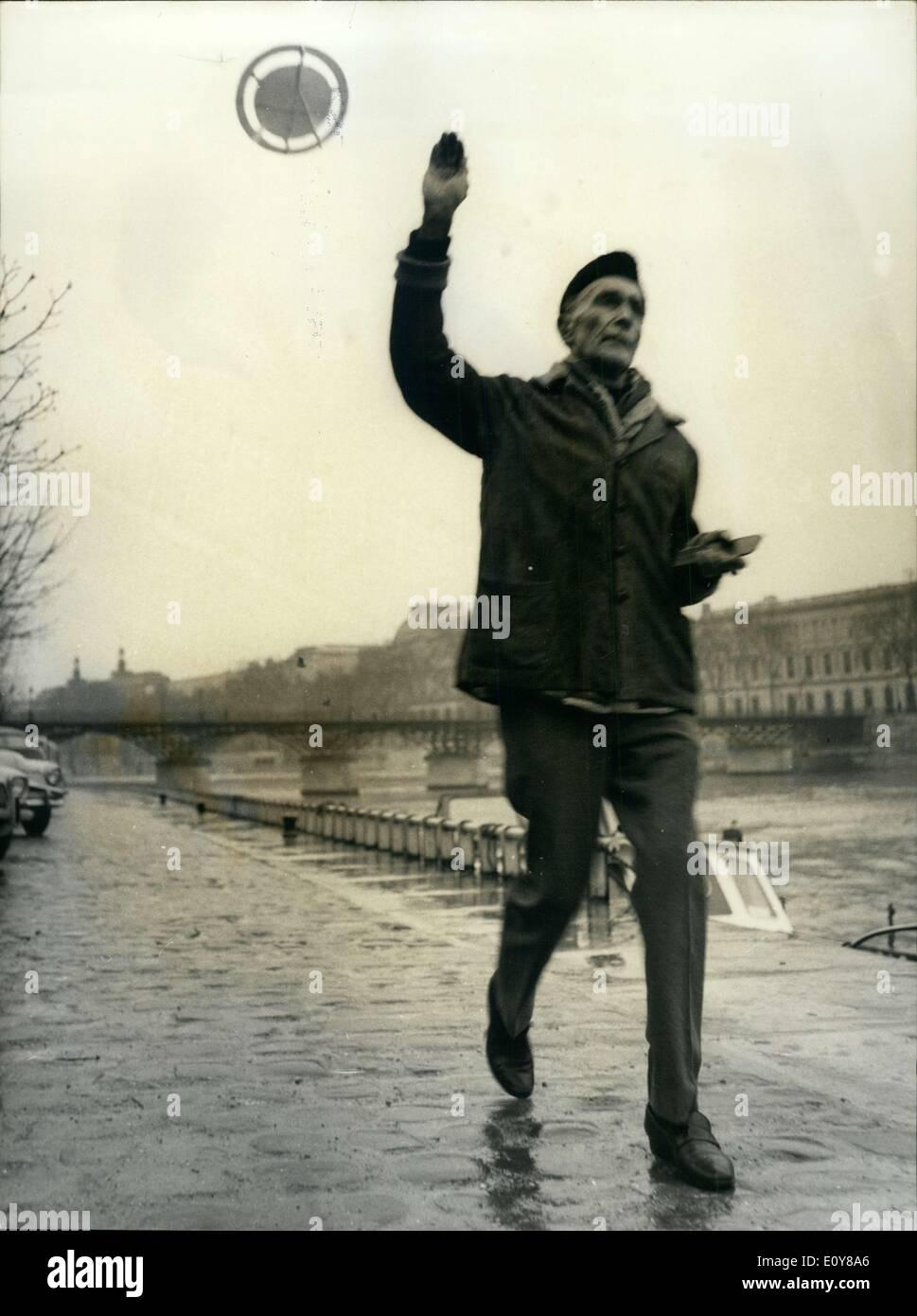 Gen 31, 1969 - Artista Plemish lancia battenti piattini: 73-anno-vecchio pittore fiammingo Frans De Geetere 10 ora lanciando un nuovo tipo di ''battenti piattini'' di sua invenzione. Il pittore della 'saucer'' è un 50 centimetro Discoteca di poliestere che può volare alto come 1.000 metri. L'artista inventore spera di fare un colpo con il mare per vacanza la prossima estate. Mostra fotografica di Frans De Geetere nella foto con uno dei suoi dischi volanti sulla senna Embankment oggi. Foto Stock