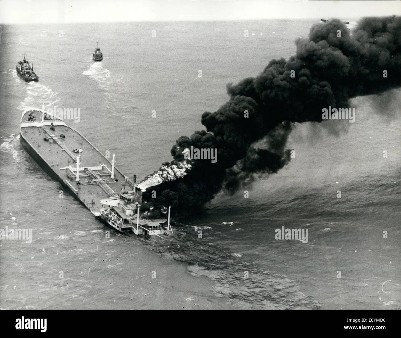 Ottobre 10, 1970 - gigantesca petroliera ''Pacific Gloria'' esplode in fiamme dopo una collisione con un altra petroliera elicotteri navi uniti alla ricerca di sopravvissuti nell'olio-coperta mare al largo dell' Isola di Wight oggi dopo la gigantesca petroliera ''Pacific Gloria'' esploso in fiamme a seguito di una collisione con un altra petroliera ''Allegro''. Una serie di esplosioni strappato la gloria del Pacifico (45.000 ton) oltre, ma allegro era difficilmente danneggiati. Cinque corpi sono stati recuperati dalla petroliera fulminea e altri otto marinai sono creduto morto a bordo Immagini Stock