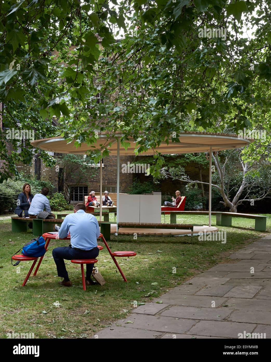 Arredo da Vestra con padiglione disegnato da Snohetta per Clerkenwell Design Week 2014, Londra Immagini Stock