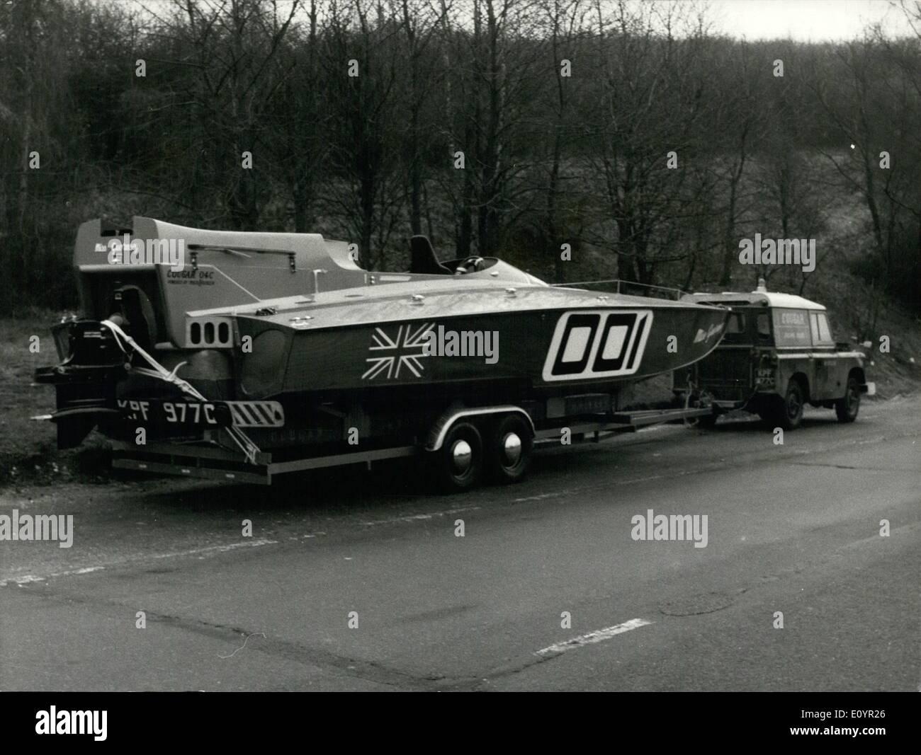 Mar 03, 1971 - ''Miss Guernsey'' Catamarano ha World-Title ritmo.: ''Miss Guernsey'', un bizzarro nuovo catamarano alimentato da un singolo otto litri di American Mercruiser motore entrobordo e unità outdrive, ha consegnato ieri a Guernsey imprenditore Colin banche, rappresentante un audace sfida per l'Offshore Powerboat Piloti Campionato Mondiale. Il galleggiante è nominalmente solo una classe II concorrente, ma potenzialmente perdere Guernsey è il più veloce del mondo Powerboat offshore con un 100 m.p.h. liscio della capacità di acqua Immagini Stock