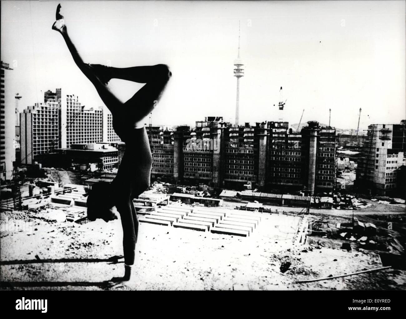 Apr. 04, 1971 - Villaggio Olimpico a Monaco di Baviera in grezzo quasi finito 17-anno-vecchio Margarete Probst ha addestrato per l'Olimpiade al terreno olimpico - tuttavia soltanto fare un favore al fotografo. In generale solo i lavoratori fanno il loro ''pratica nella ginnastica'' sul terreno olimpico. Essi sono impegnati a completare tutti i luoghi dello sport, l'enorme tetto della tenda, gli edifici per gli atleti ecc in tempo - e come tutto appare come ora ci riusciranno; grandi ritardi di tempo non sono ancora noti Immagini Stock