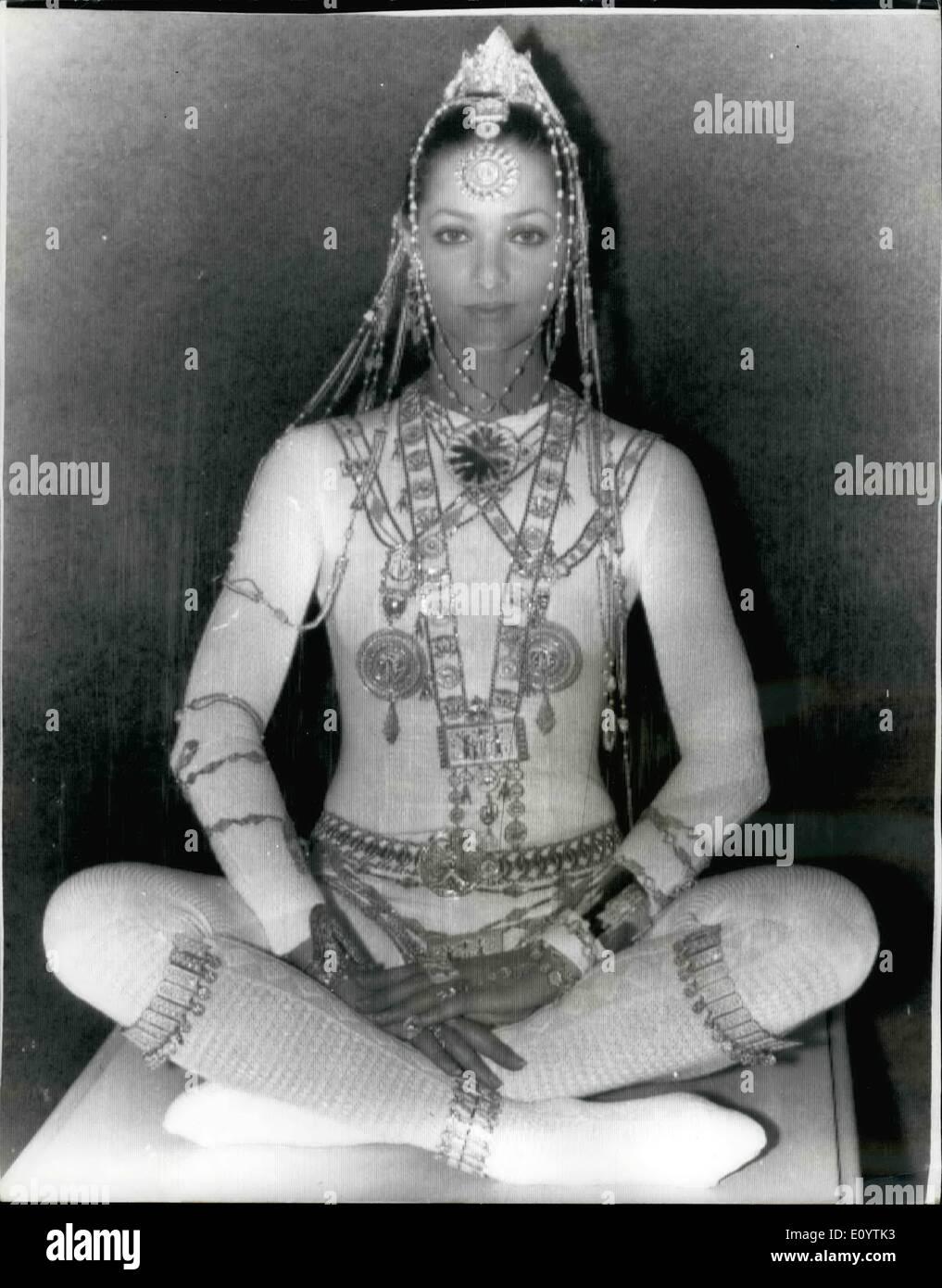 Giugno 06, 1971 - attrice svedese ornato in oro e gioielli per un valore di circa 50.000 attrice svedese, EVA SWANN, Foto Stock